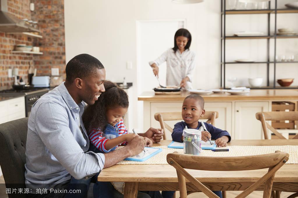 女人,四人,在家里,美丽的,水平的,一餐,家庭,玩,桌子,20,非洲裔美国人图片