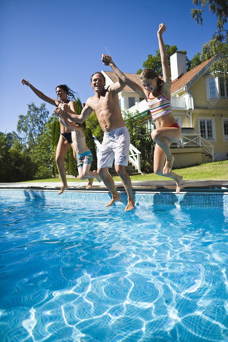 一家人手牵手跳进游泳池图片