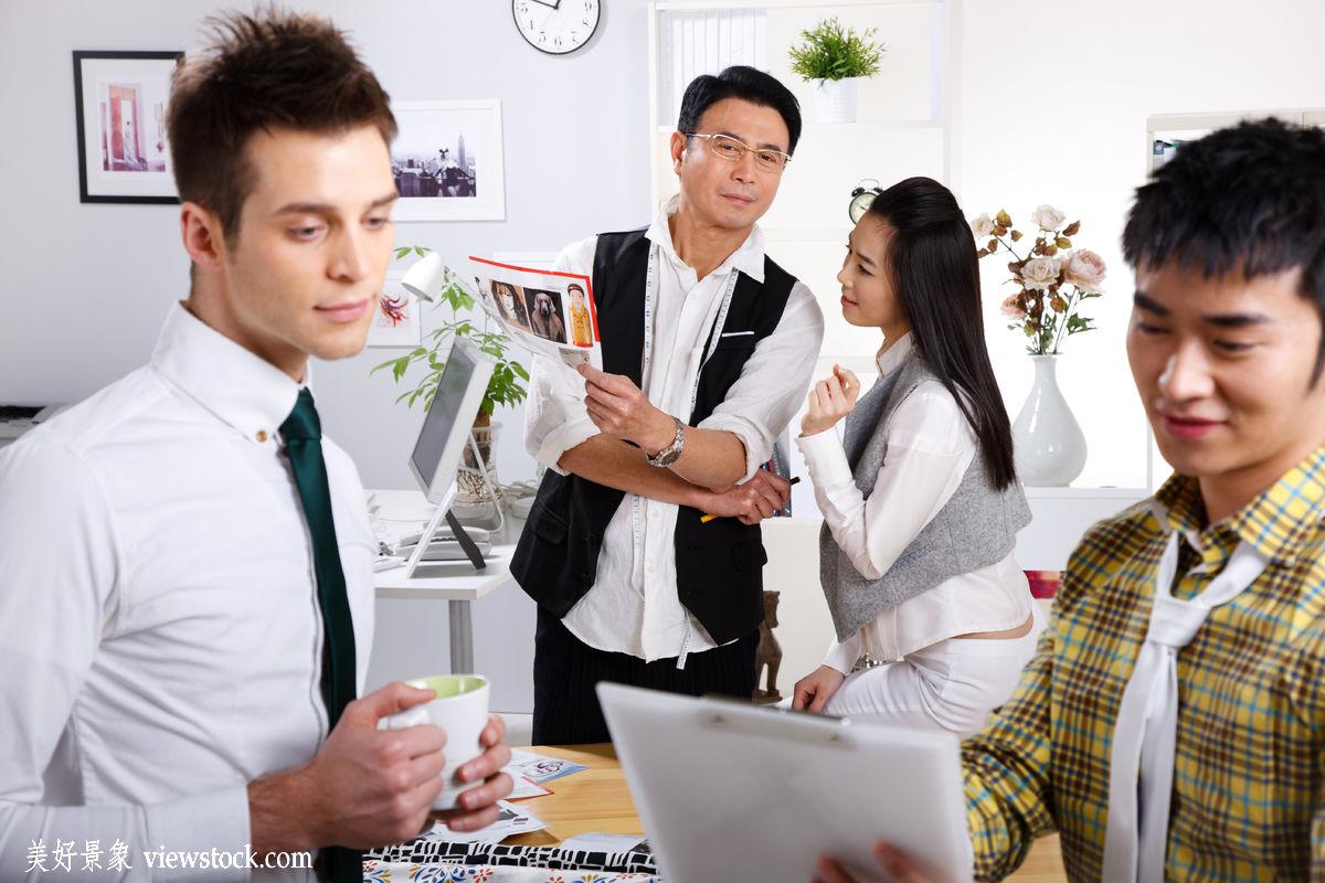 东方人,装饰物,成年人,白昼,水平构图,不看镜头,办公室职员,商务人士图片