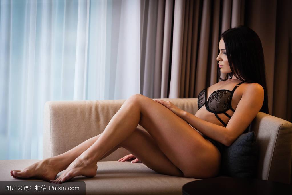 亚洲情色视频桃花淫荡_内衣在床上