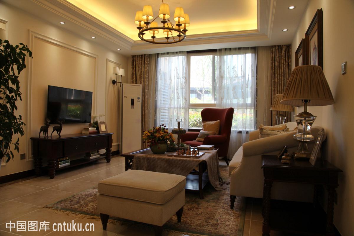 吊灯,吊顶,客厅,木地板,欧式风格,沙发,电视背景墙,空调,窗帘图片