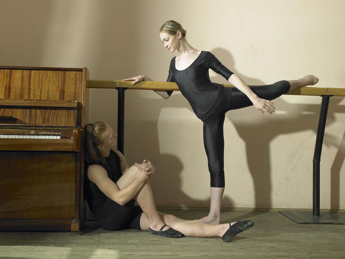 舞者芭蕾舞者男少男女少女体育器械芭蕾扶手工作室舞蹈