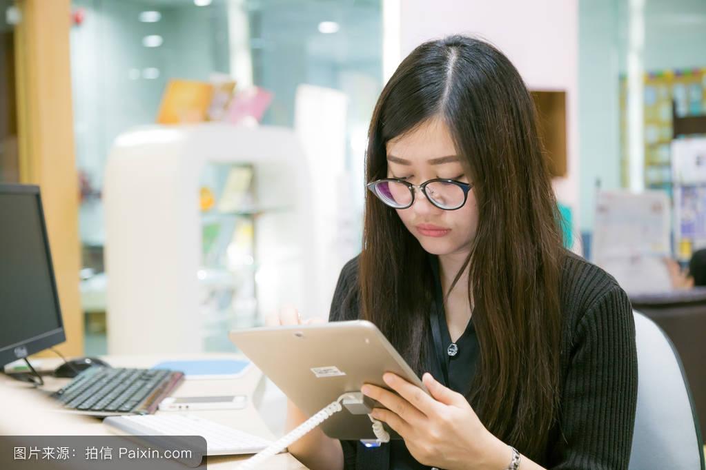 随便的女孩长的计算机餐厅美女微笑咖啡馆图书馆顶部阅读