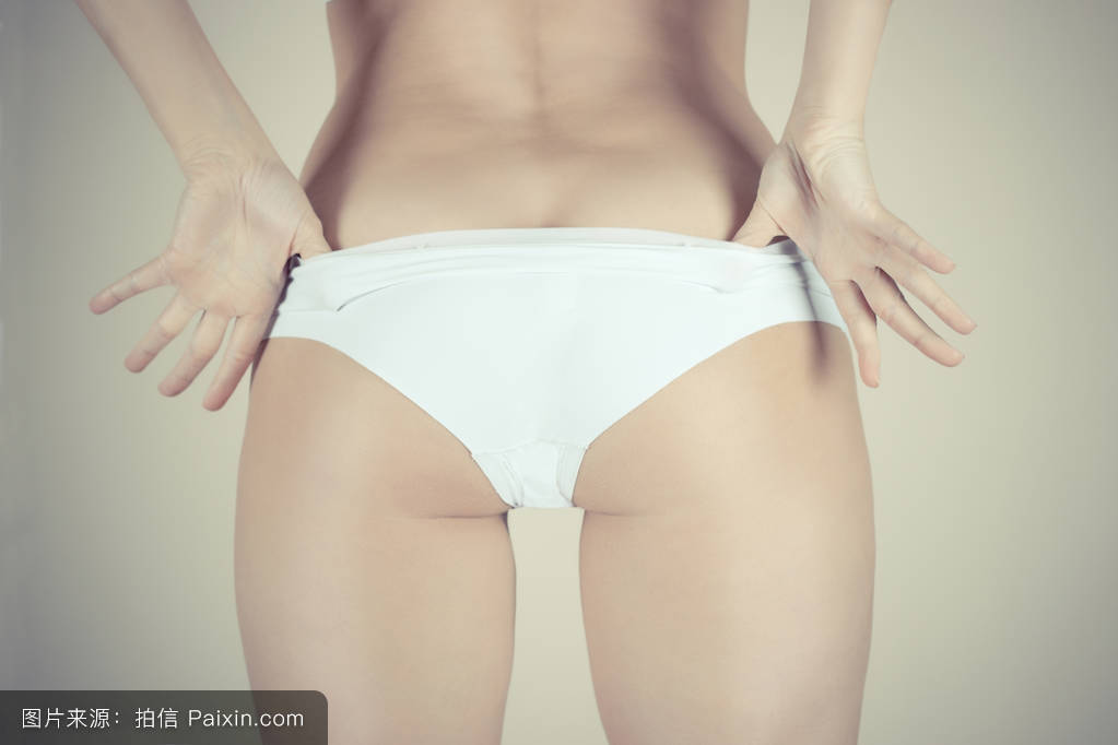 56成人影院_性感美丽的年轻白人女性.她正在脱内裤.