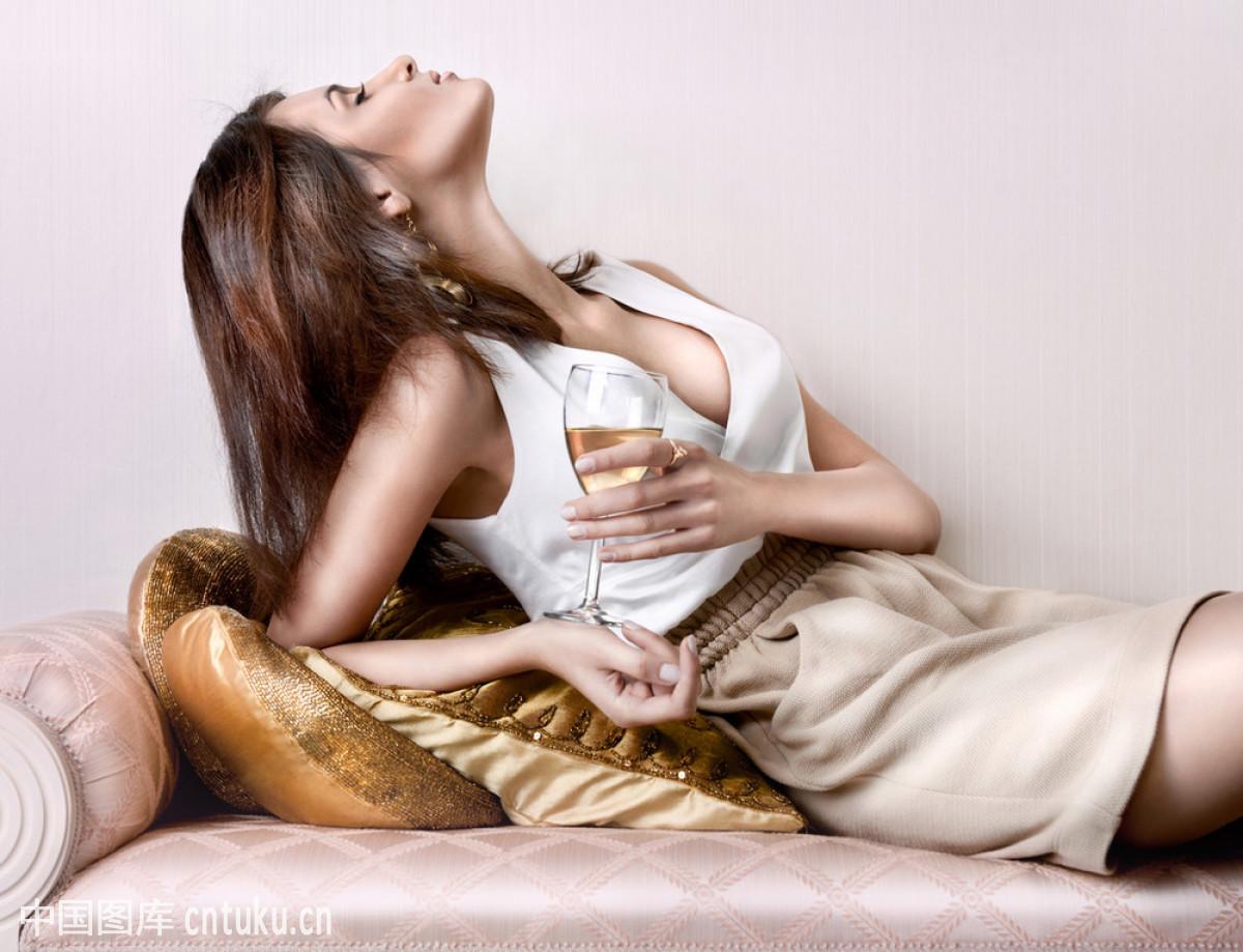 坐的_年轻性感的女人坐在轻松时尚的肖像特写