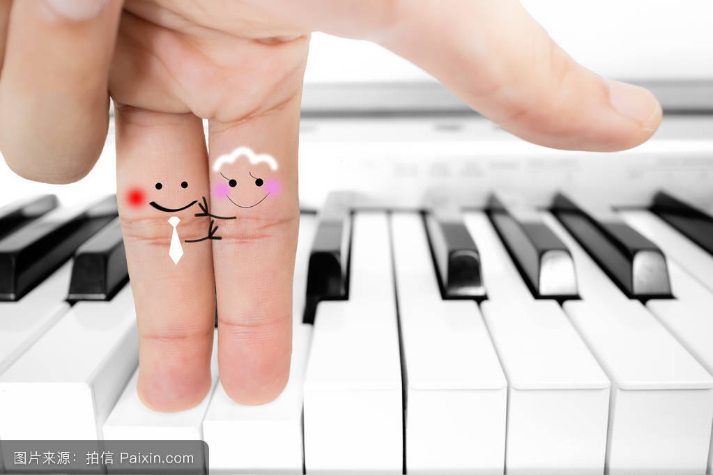 手指恋人拥抱钢琴图片