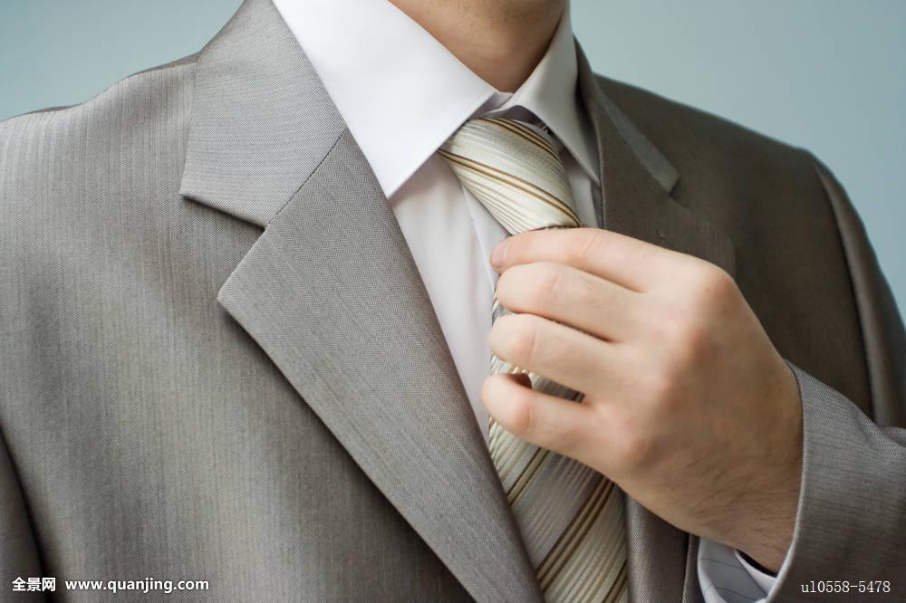 新郎领带笔直