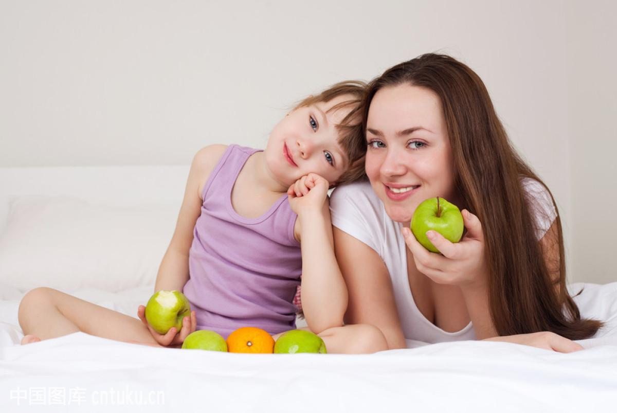 摸妈妈操妈妈�9l#�+_妈妈和女儿吃苹果