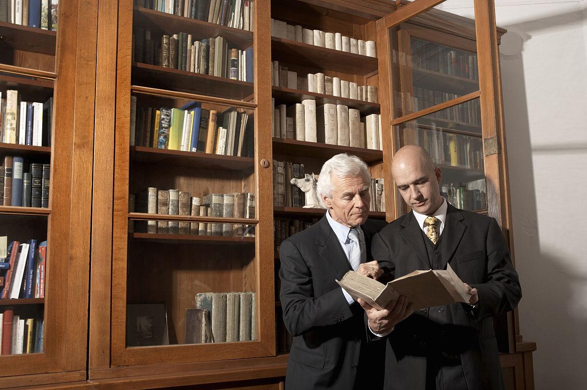 两位商人在私家图书馆看书