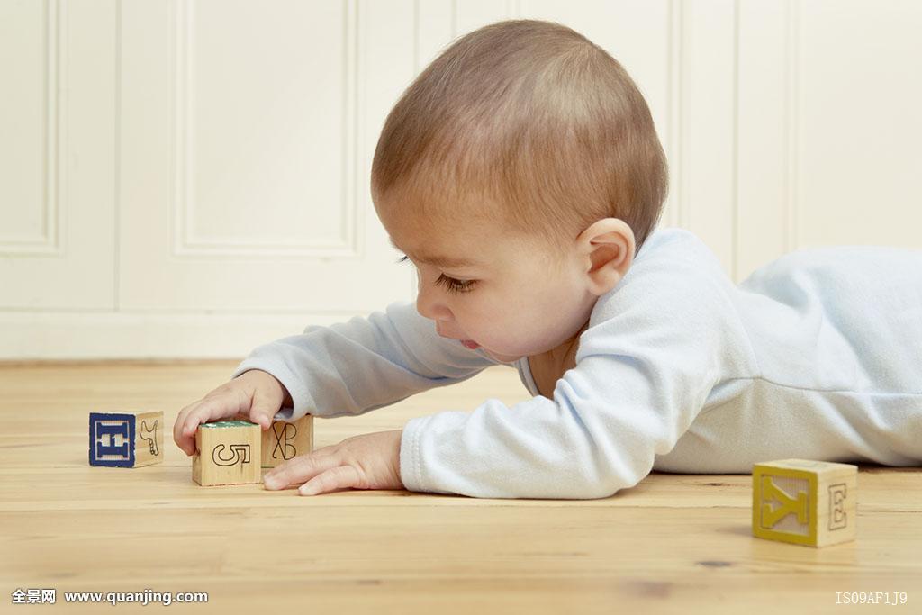 婴儿,趴着,玩,积木图片
