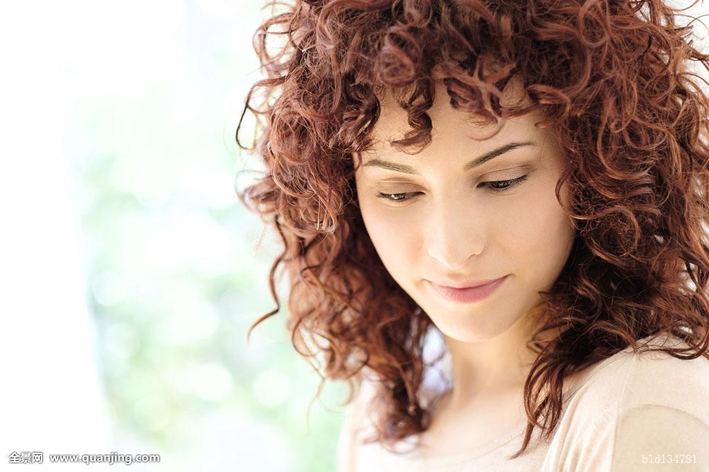 20-24岁,期待,美,黑发,平静,特写,彩色照片,思考,留白,卷发,白天图片
