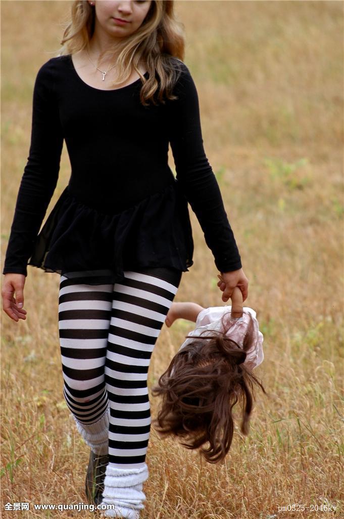 走,玩具,娃娃,紧身裤,孩子,女孩,腿,地点,鞋,条纹,长发,干燥,荒芜图片