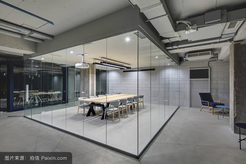 阁楼风格的办公室图片
