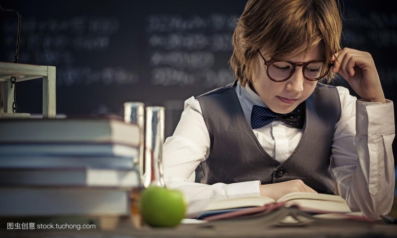 色qingjiaoshi_指示,信息,首都,空间,家具,棕色头发,就座,野心,衣服,坐着,原子,阅读
