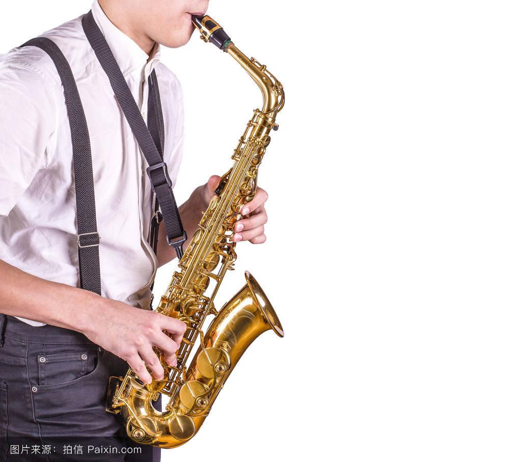 演奏萨克斯管的男子.图片