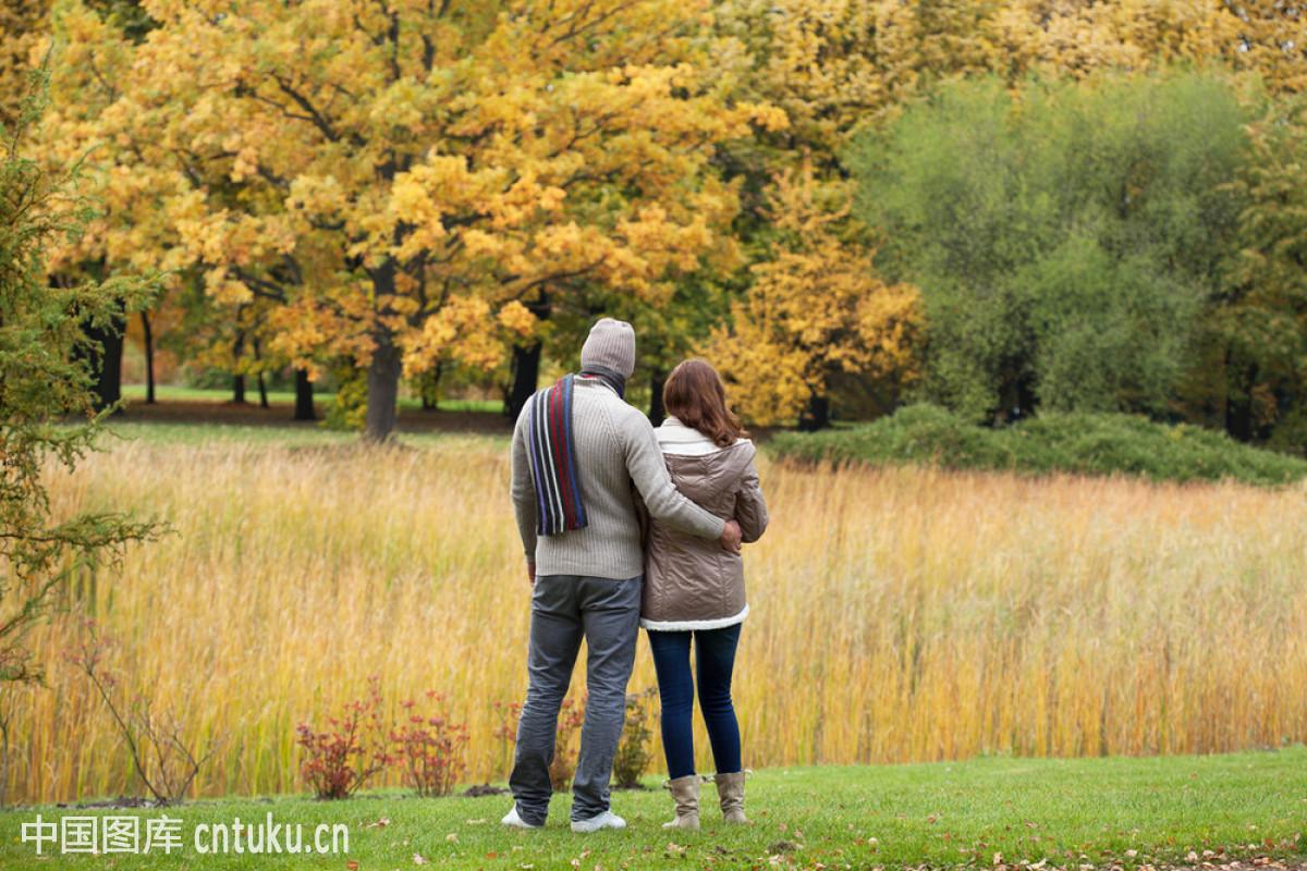 爱,地形,公园,后背,户外,黄色,浪漫,人,森林,树林,幸福,拥抱,夫妻图片