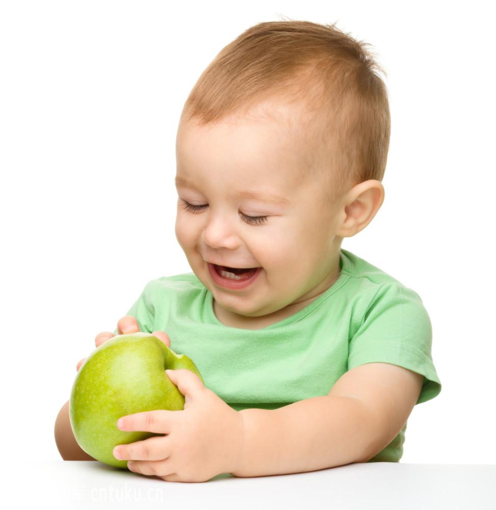 小孩吃�9���Y_小孩正在吃青苹果.