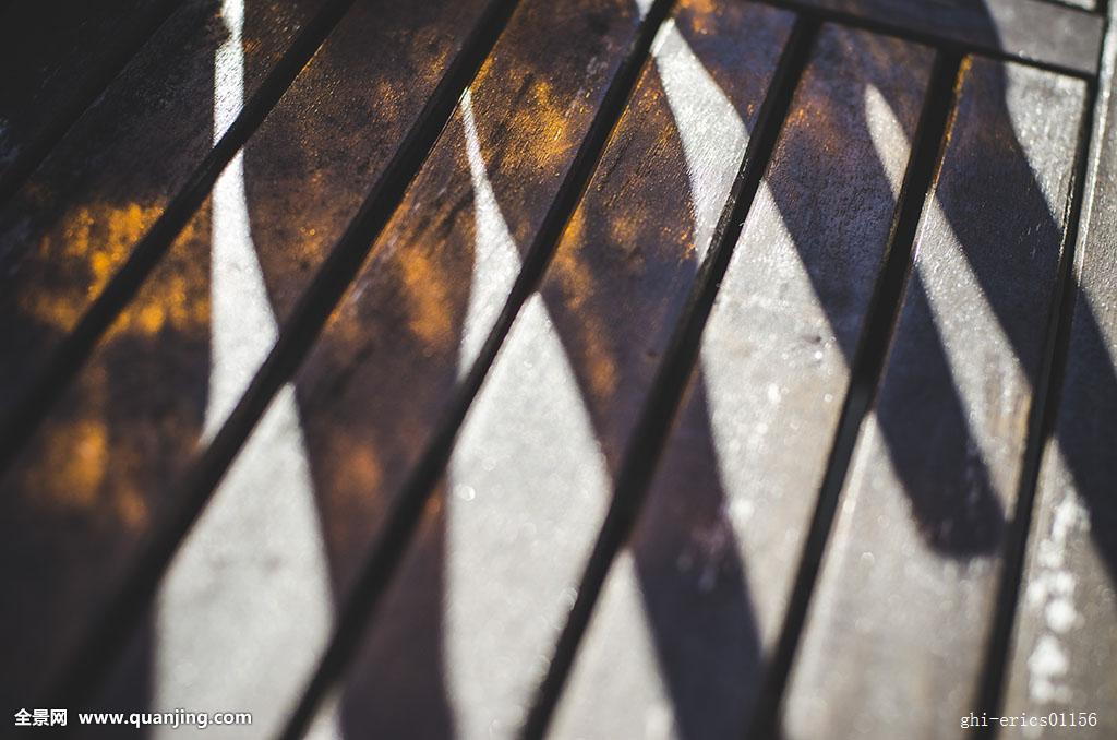 彩色,影子,啤酒瓶,木桌子,木头,桌子图片