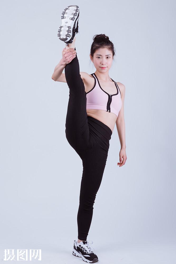 小清新运动美女踢腿图片
