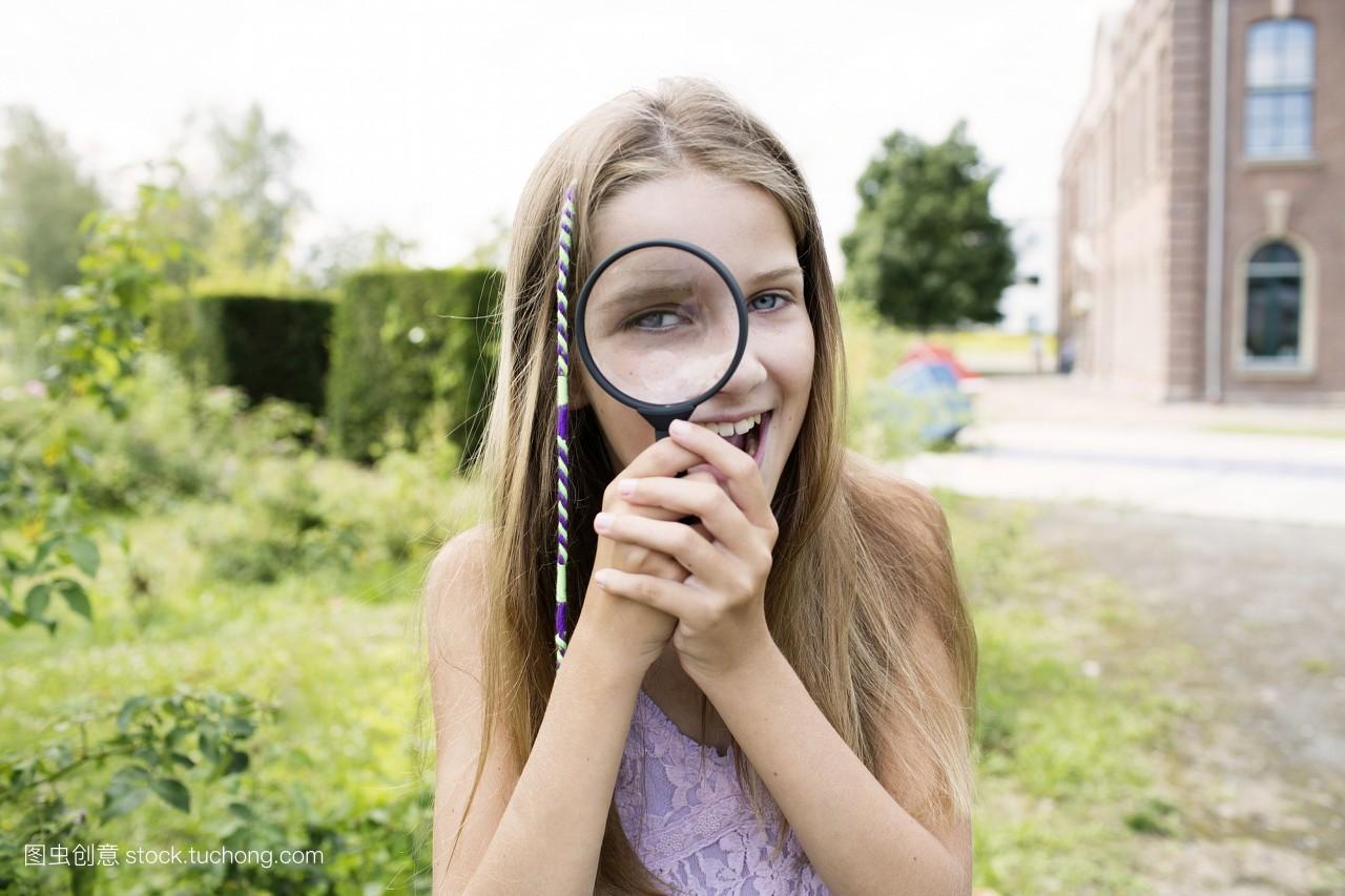 小孩子,彩色图片,白天,孩子,户外,仅女孩,白种人,愉快,天空,头发,发型图片