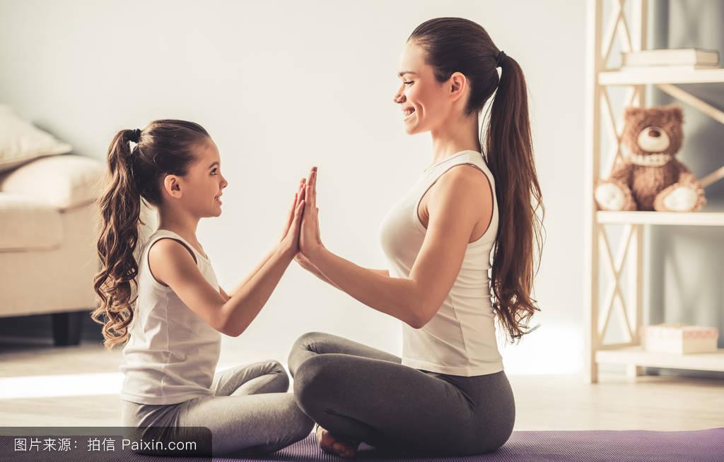 色爱妈妈成人礹c._白色,白种人,家,照顾,女性的,训练,健康,二,女孩,小孩,位置,平衡,妈妈