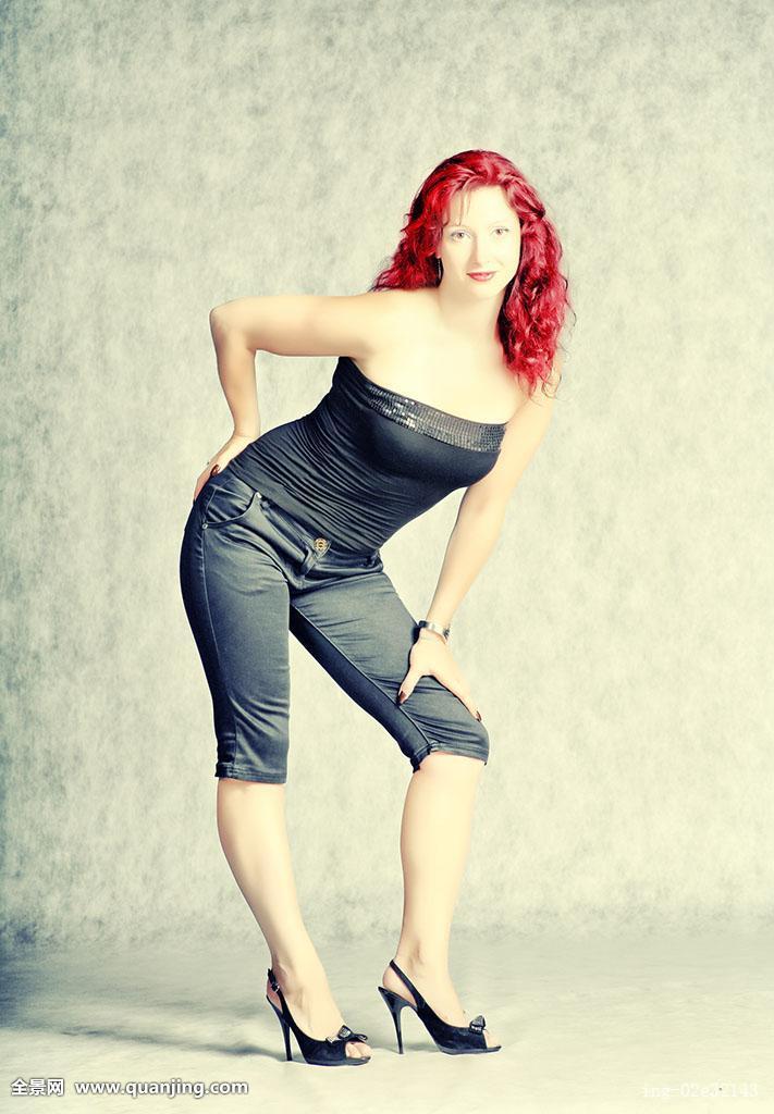 微笑,上面,短裤,一个,黑色,裸露,腿,短小,黑发,长,头发,美,卷发,美女图片
