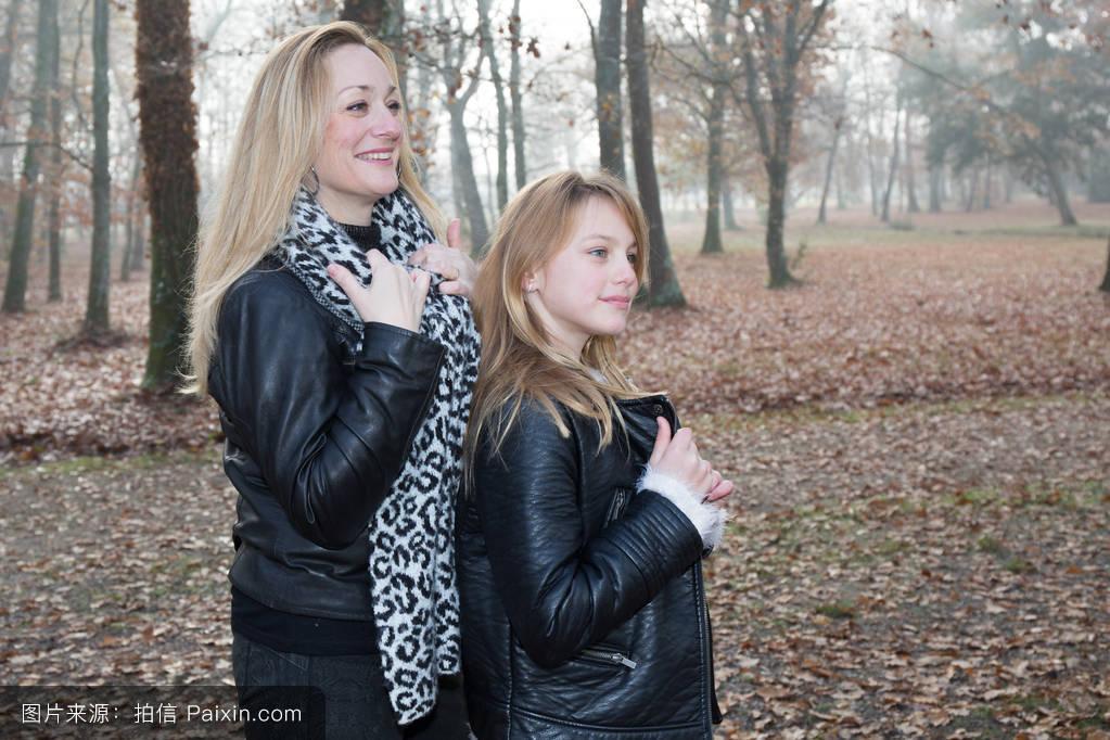 秋天,成人,女儿,微笑,金发,在一起,乐趣,在户外,看,起源,年轻的,母亲图片