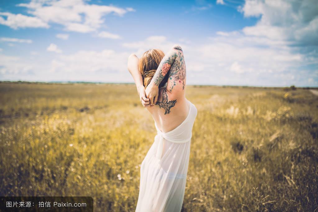 邢�9n�c.�.$�fa9lg�c.�fh_天空,阳光,女人,红发,日光,概念,自然,sunlilght,在户外,无忧无虑的