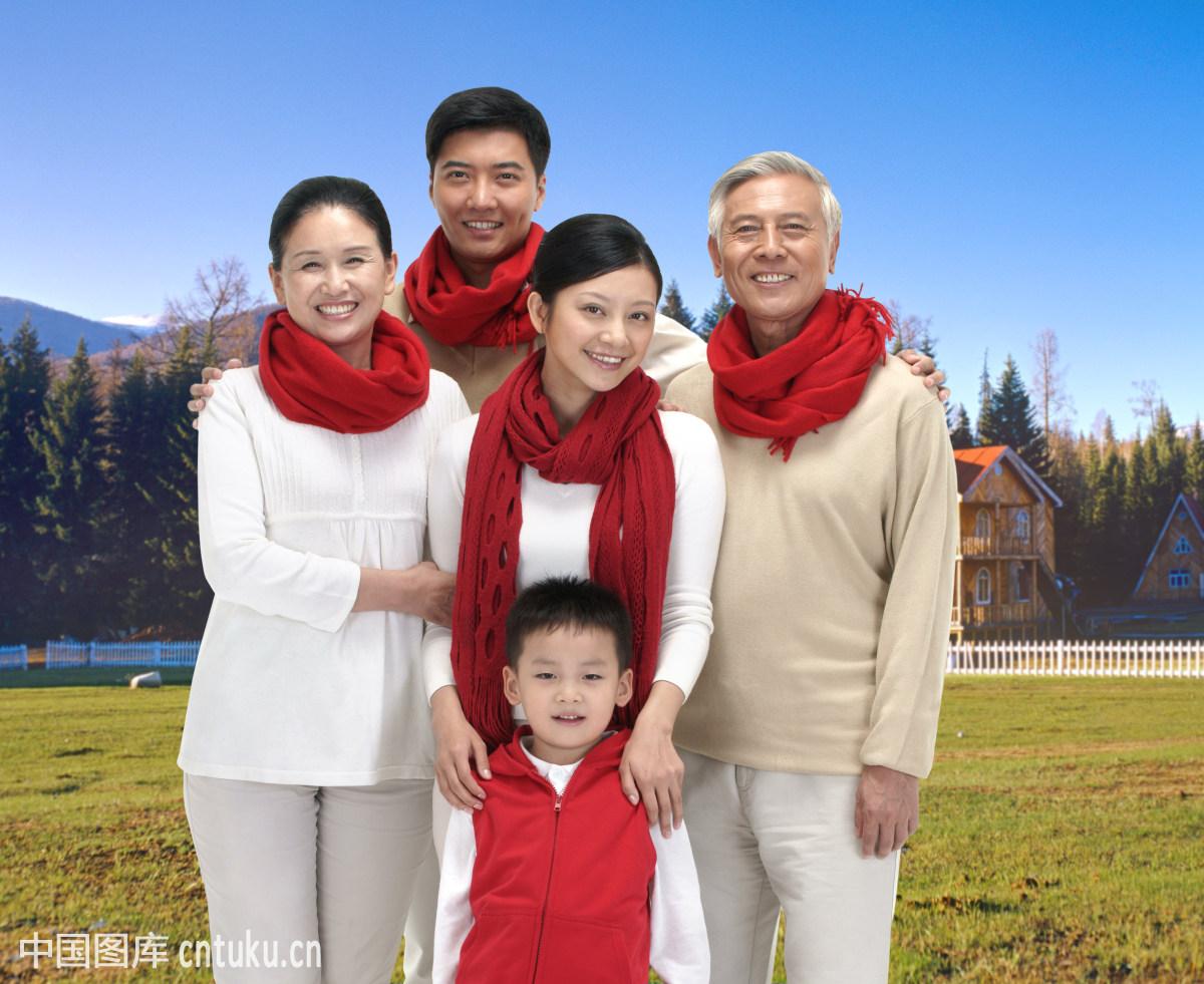一家五口人带着红围巾在草地上照全家福图片