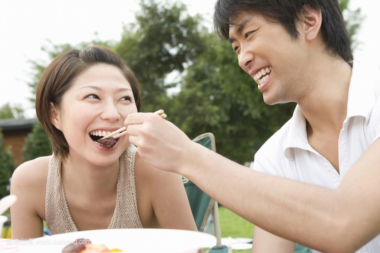 夫妻��d�9f�x�~j�>�X_亚洲人,亚洲,夫妻,饮食,坐着,就座,坐,东方人物,东方人,彩色图片,两