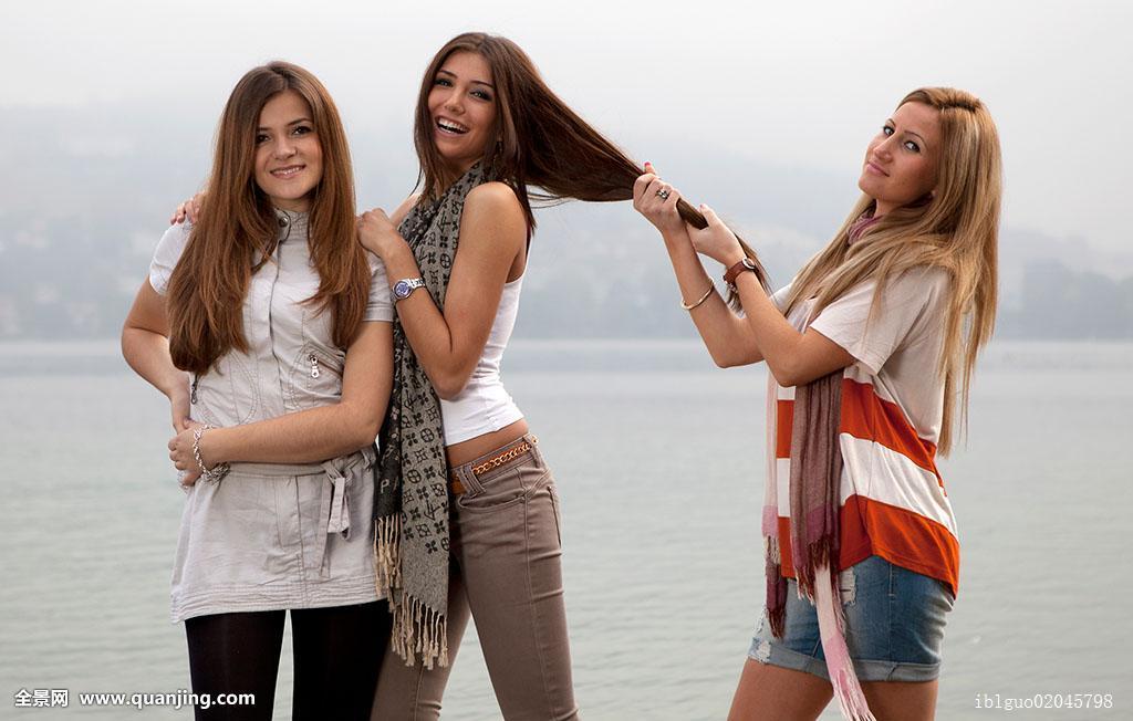 三个,年轻,女人,长,毛发,姿势,海滩图片