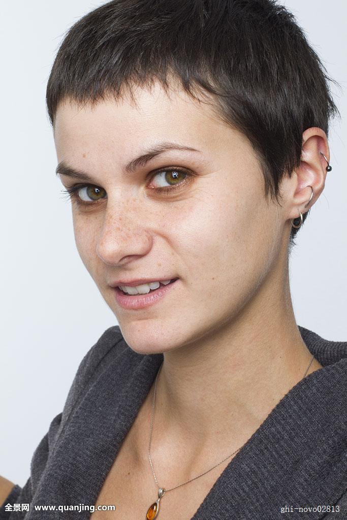 女人,女性,成年,白人,25-30岁,27岁,黑发,短发,小仙子,发型,雀斑,穿刺图片