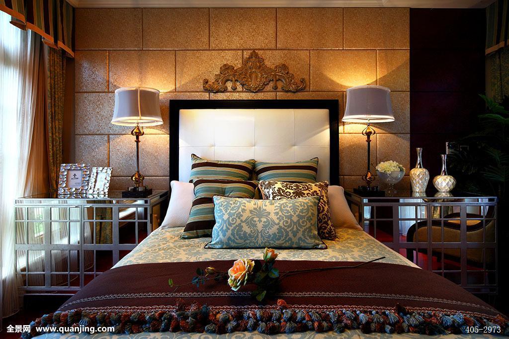 家具,家居,床,台灯,枕头,床头柜,大床,床上用品,被子,床单,卧室,窗帘图片