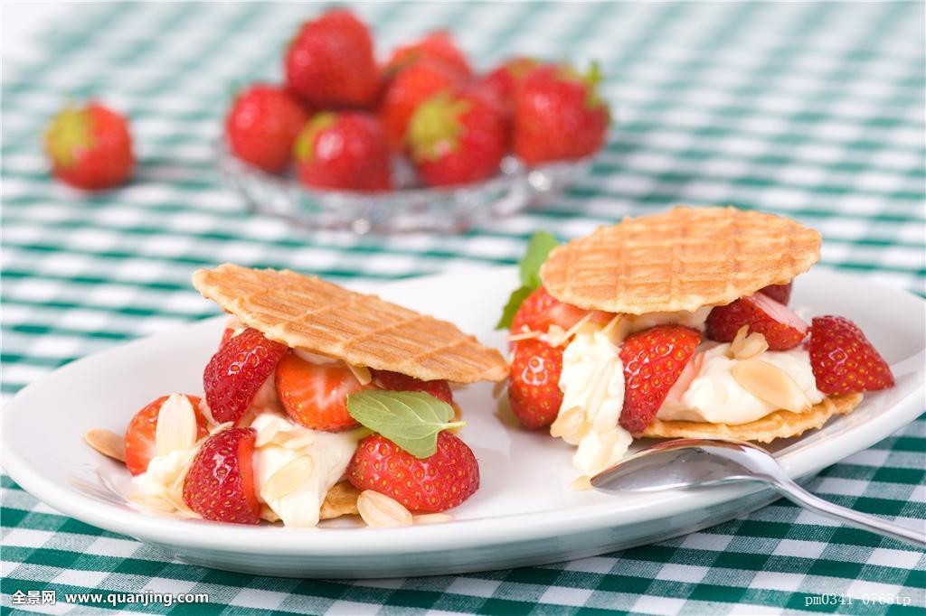 奶酪,威化脆皮,华夫饼,草莓,新鲜,糕点,水果,盘子,叉子,杏仁,切片图片