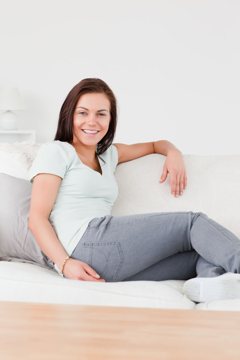 坐着美女上的沙发开机华硕美女图片