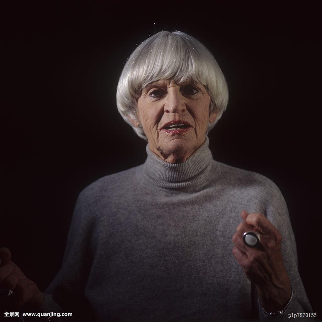 60-70岁,成年,肢体语言,沟通,自信,手势,白发,灰色,发型,手,室内,看图片