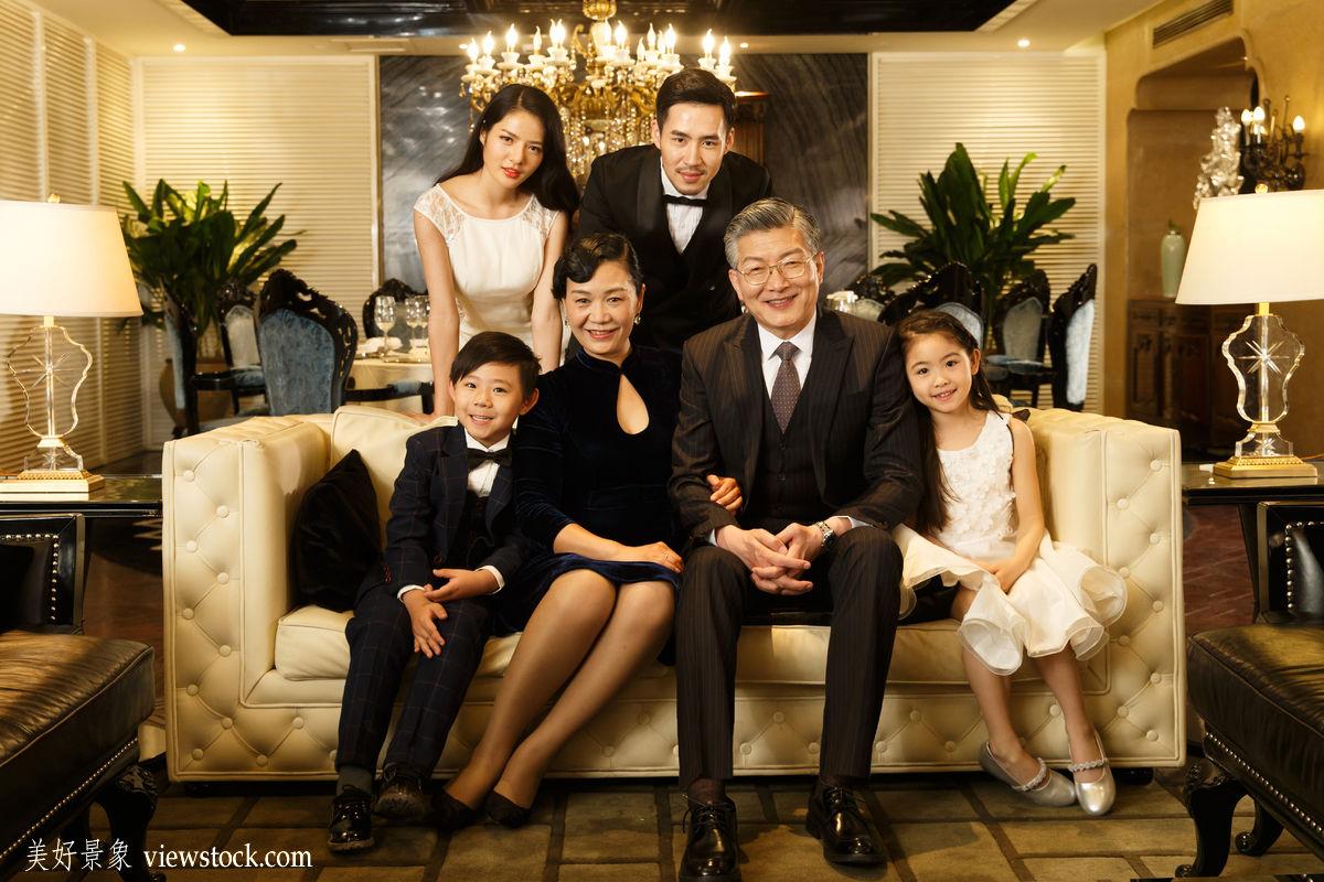 夫妇,少量人群,商务人士,着装得体,休闲活动,愉悦,温馨家园,家庭生活图片