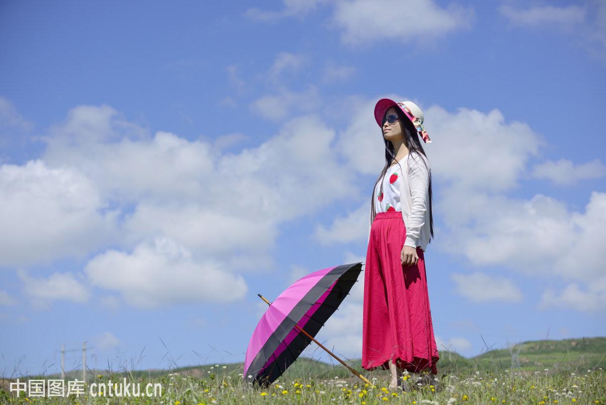草原上的女子图片
