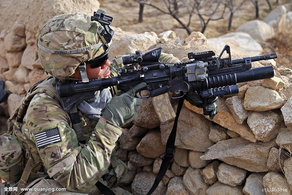 美军装备_美军,阿富汗,机枪,男人,墙壁,石头,关注,坐,仔细察看,头盔,中东,武器