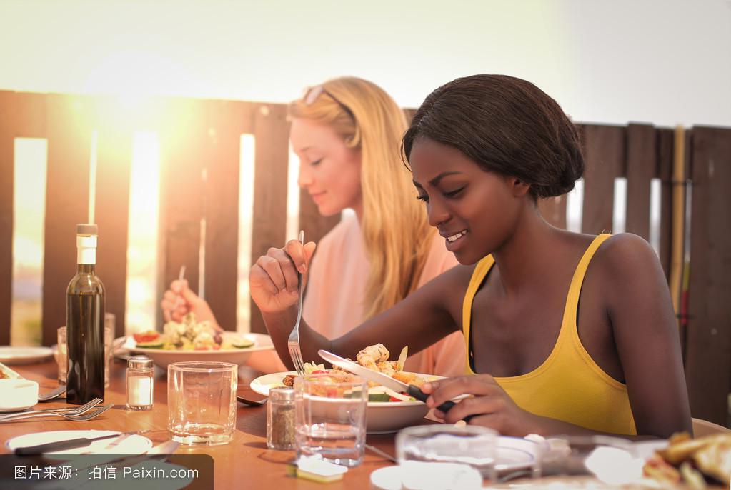 年轻妇女吃饭图片