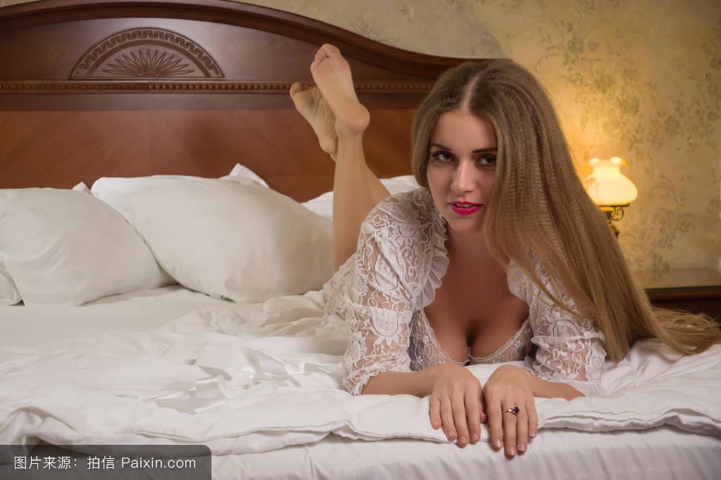 亚洲情色视频桃花淫荡_性感性感美女躺在卧室的床上