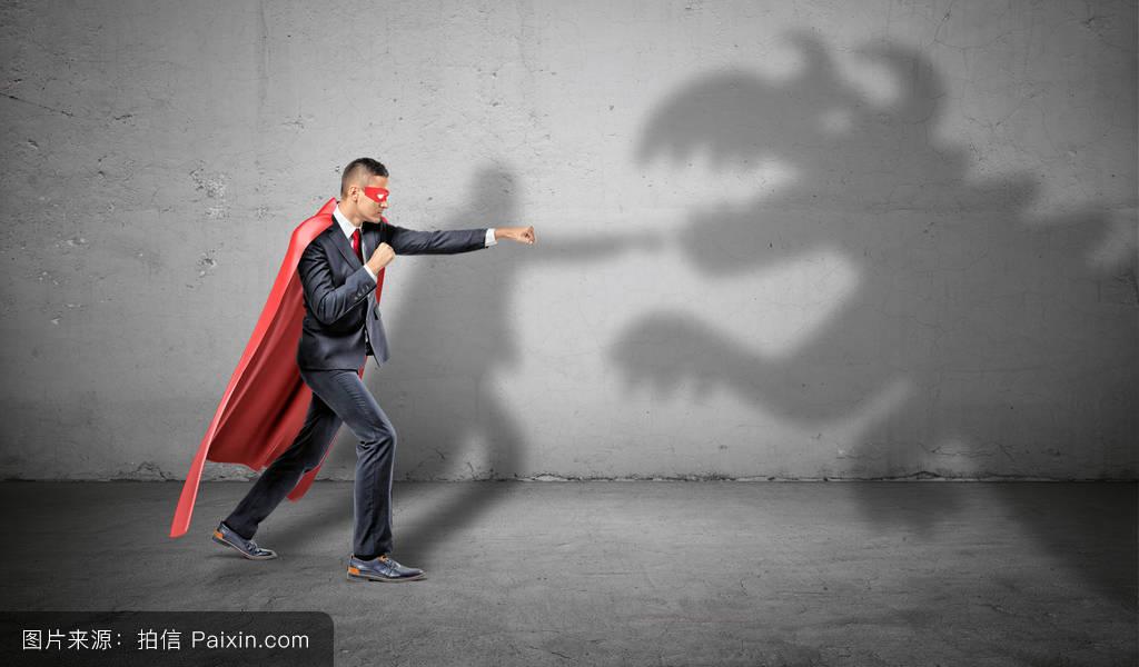 勇敢的��\_在混凝土背景下击退龙影的超级英雄商人.