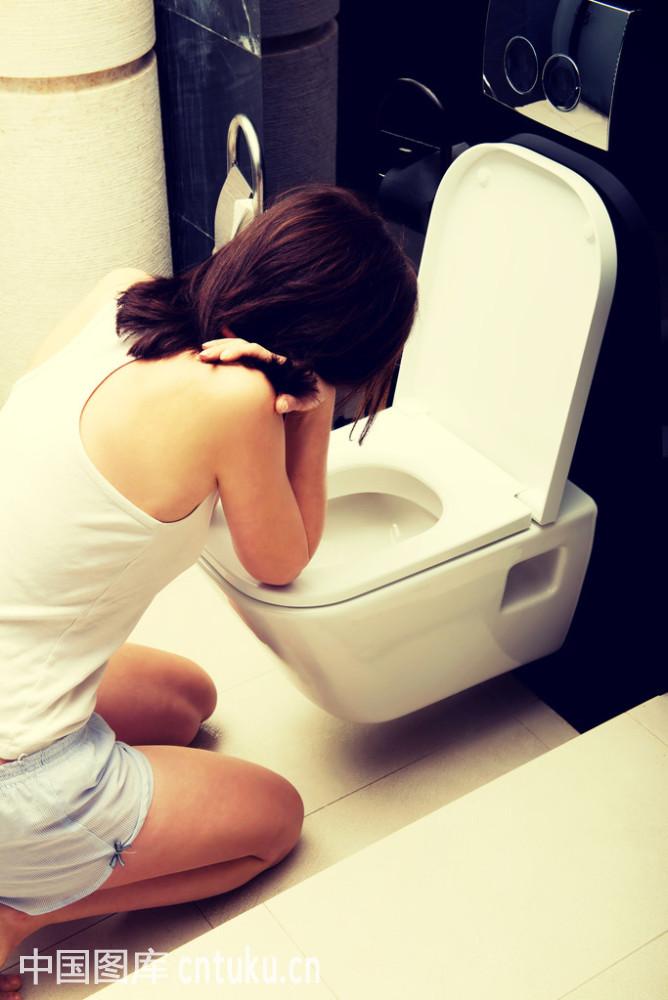 女厕所标��b&��#_大胆初中生强行进入女厕所