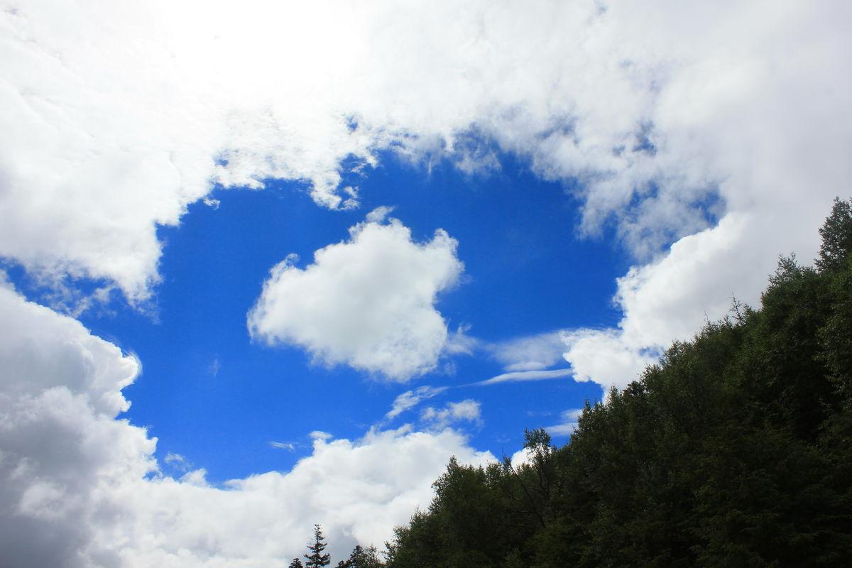 蓝天白云 心形云朵 白云蓝天图片