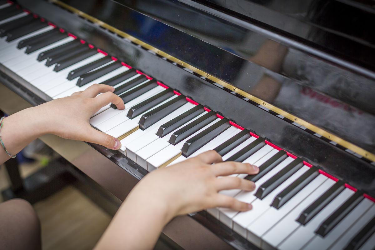 钢琴琴行,练琴,琴房,指法,手指,音乐,乐器,黑白键,钢琴表演,弹奏图片