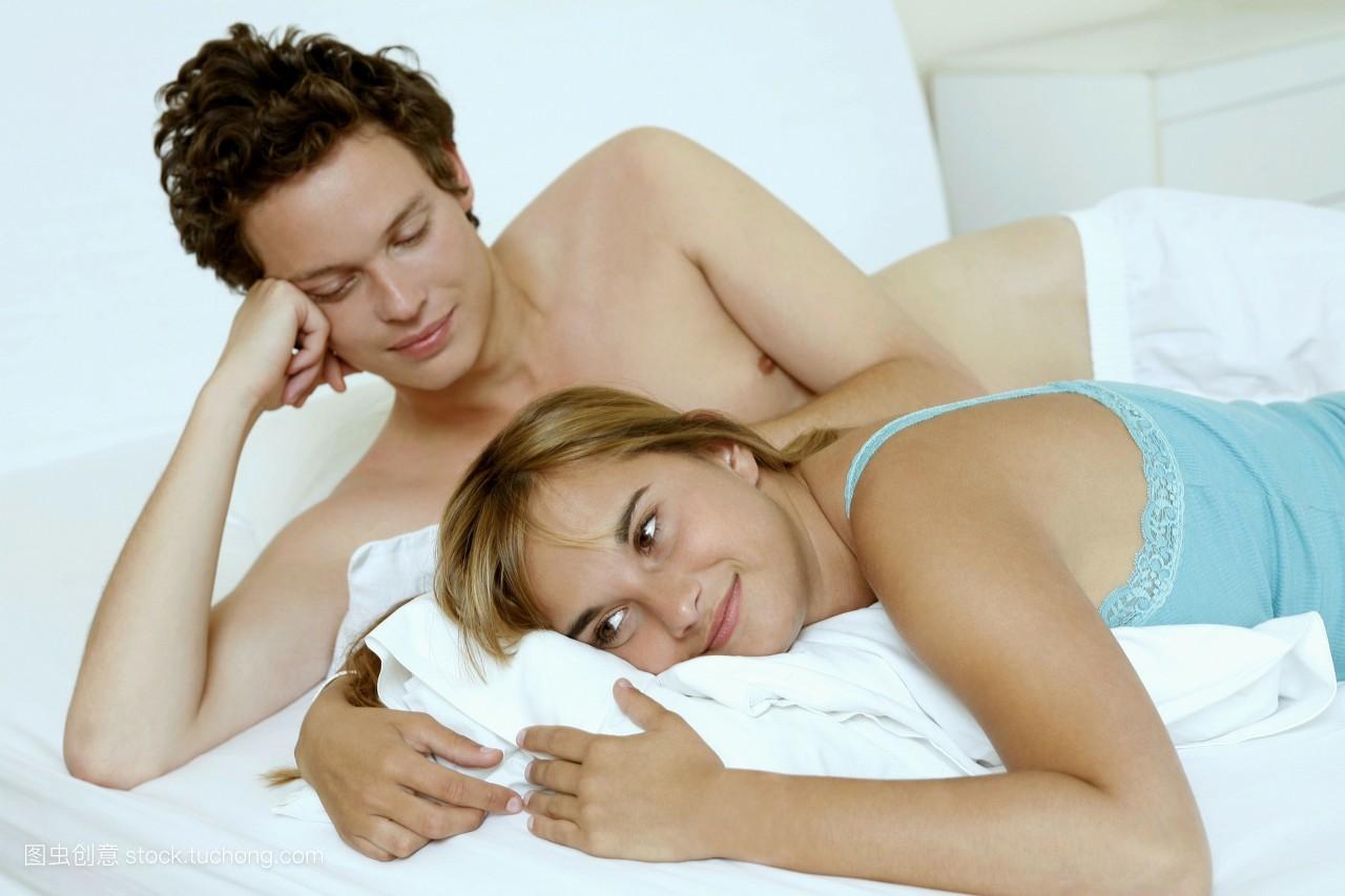 夫妻��d�9f�x�~j�>�X_夫妻,愉快,性,平和,男人,床,人,20岁到30岁,伴侣,宁静,情绪,女人