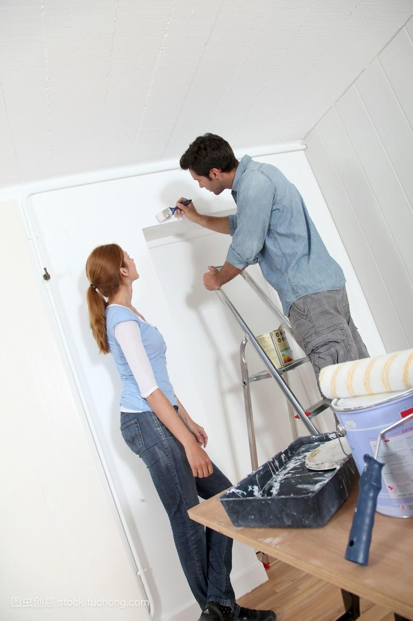 修复财产女人房间年青人漆出租男人白种人自己动手油漆
