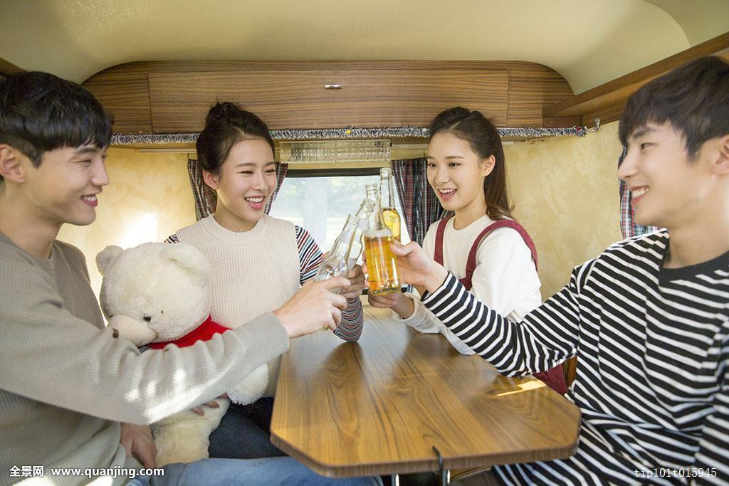 高兴,愉悦,休闲服,旅游,树,四个人,正面,庆贺,啤酒瓶,上半身,骑,桌子图片