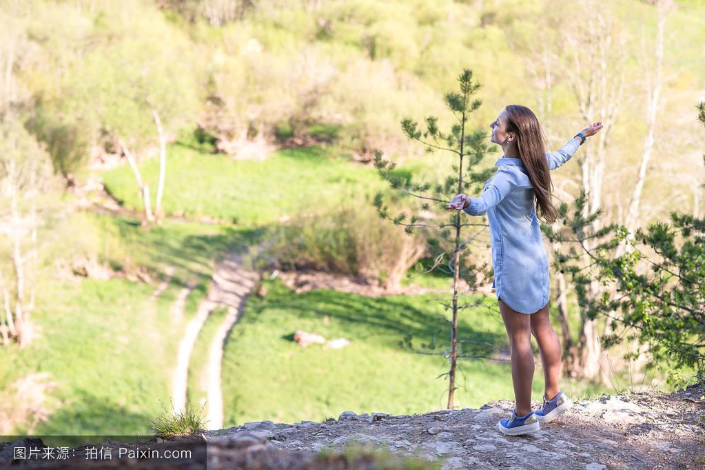 活动,悬崖,提高,树,峰,幸福的,岩石,徒步旅行,成就,运动,旅行者,森林图片
