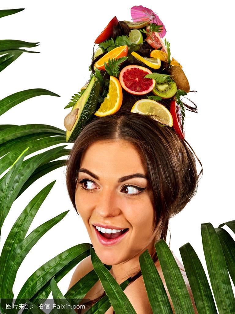 女性头部和春季鲜花鲜果面膜.图片